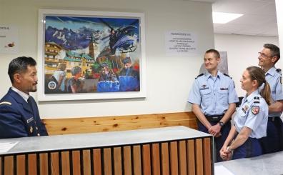 Les gendarmes découvrent leur tableau